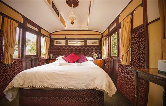 railholiday-mevy-bedroom-via-smallhousebliss