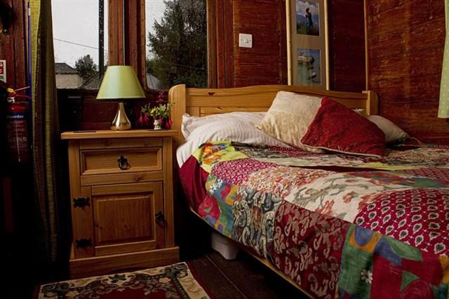 railholiday-olv-bedroom-via-smallhousebliss