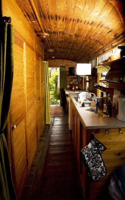railholiday-olv-kitchen-via-smallhousebliss