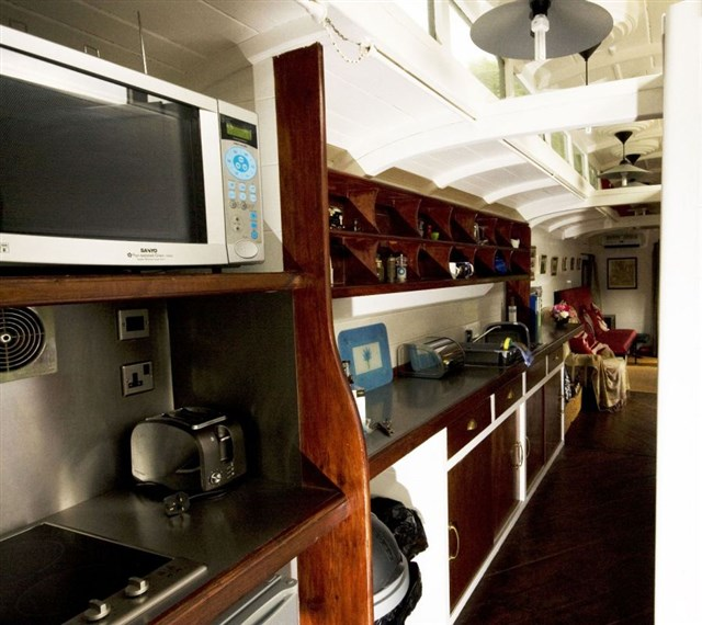 railholiday-tpo-kitchen2-via-smallhousebliss
