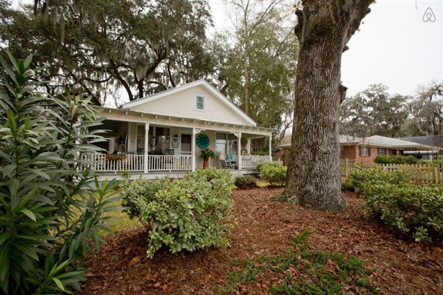 savannah-bungalow-exterior3-via-smallhousebliss
