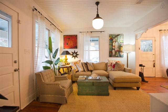 savannah-bungalow-living1-via-smallhousebliss