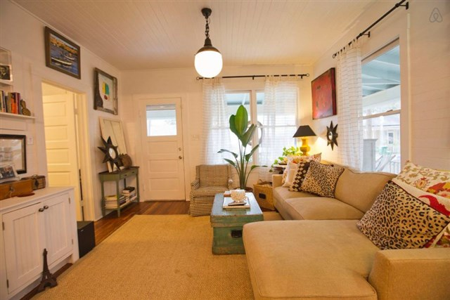 savannah-bungalow-living2-via-smallhousebliss