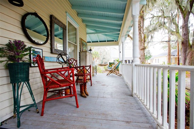 savannah-bungalow-porch2-via-smallhousebliss