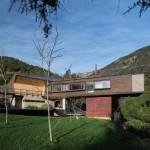 บ้านสองชั้น ดีไซน์โมเดิร์น วัสดุจากไม้ มาพร้อมกับสวนสวยรอบบ้าน