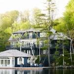 บ้านคอนเทจริมน้ำ ตกแต่งด้วยโทนสีฟ้าขาว ทั้งภายนอกและภายใน