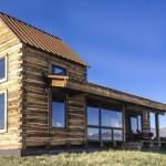 บ้านหลังคาหน้าจั่ว กับพื้นที่นั่งเล่นพักผ่อนภายนอกแบบมีสไตล์ บรรยากาศสบายใจ