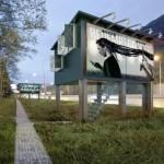 แนวคิดโลกอนาคต ไอเดียป้ายโฆษณาริมทาง ซ่อนบ้านพักอาศัยสุดเจ๋งไว้ภายใน