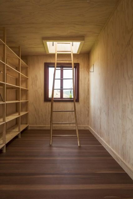 Longbush-Ecosanctuary-Welcome-Shelter-Sarosh-Mulla-Design-New-Zealand-Storage-and-Ladders-Humble-Homes