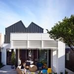บ้านร่วมสมัย สีขาวฟ้าพาสเทล มาพร้อมกับพื้นที่รองรับกิจกรรมของครอบครัว