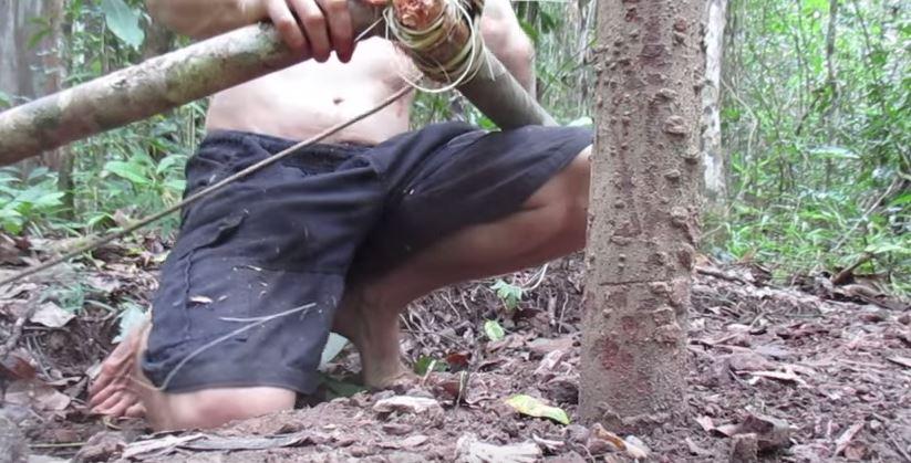 a crazy man building natural cottage (3)