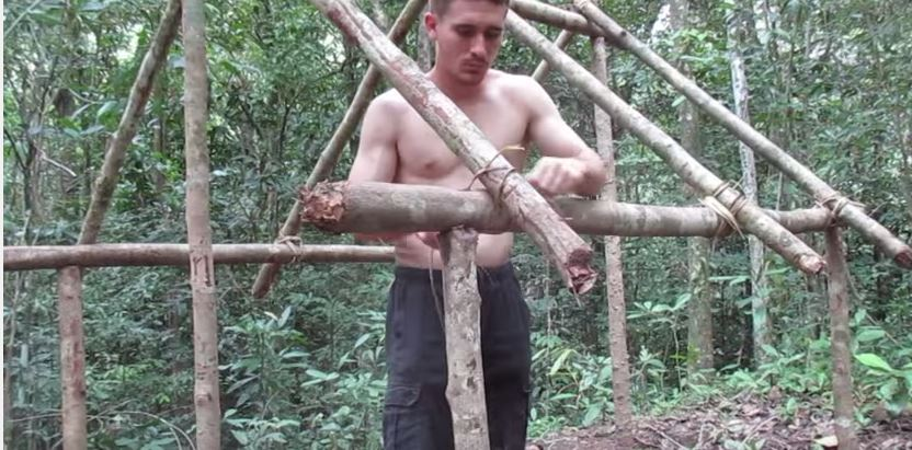 a crazy man building natural cottage (4)