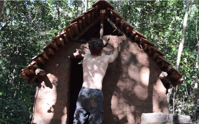 a crazy man building natural cottage (5)