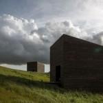 บ้านโมเดิร์นทรงกล่อง จากวัสดุไม้สีเข้ม เหมาะสำหรับสตูดิโอ หรือบ้านพักตากอากาศ