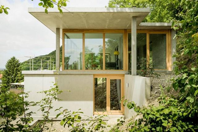 gian-salis-architekt-house-on-a-slope-wyhlen-germany-designboom-03