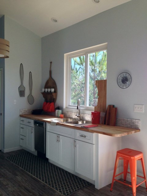 pyes-tiny-beach-house-kitchen3-via-smallhousebliss