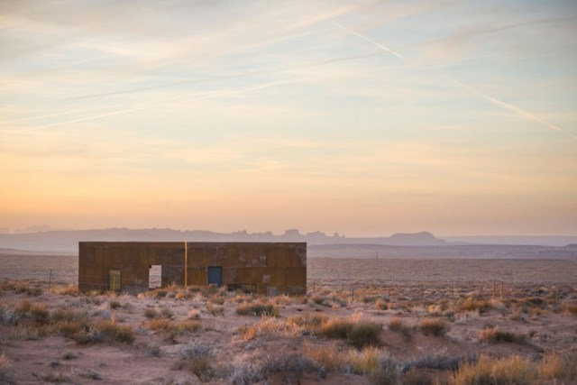 red-sands-cabins-design-build-bluff-mexican-water-chapter-designboom-01-818x546