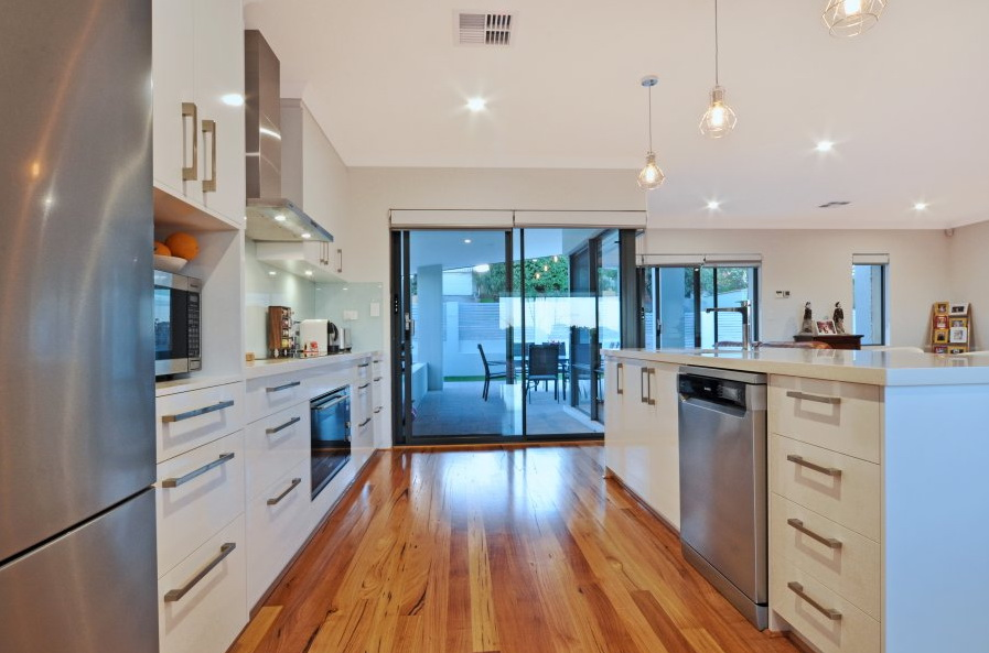 1-storey-white-modern-family-house (7)