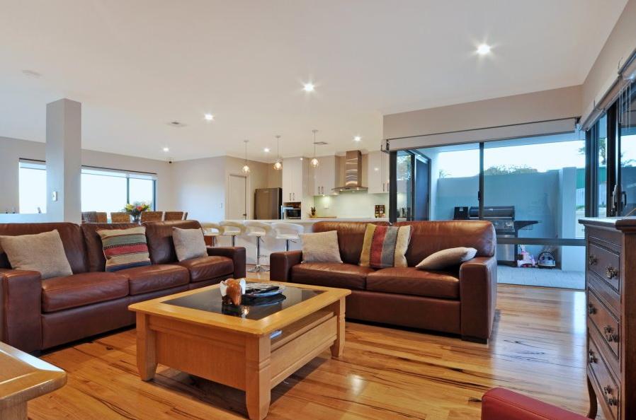 1-storey-white-modern-family-house (8)