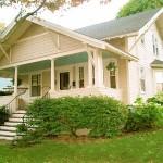 บ้านวินเทจยกสูง สีพาสเทล มาพร้อมกับเฉลียงหน้าบ้าน เหมาะกับไลฟ์สไตล์คนไทยสมัยใหม่