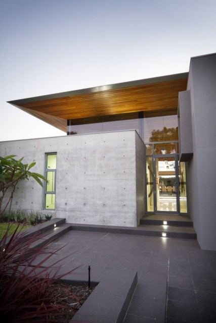 Fascinating-contemporary-minimalist-house-design-in-australia-featuring-exterior-wall-idea-with-marble-and-concrete-front-yard-plus-green-grass-lawn-945x1417