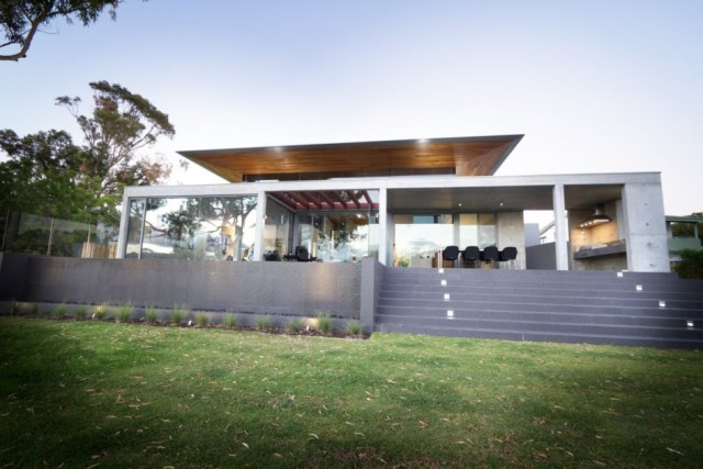 Gorgeous-modern-australian-home-designs-featuring-large-front-yard-with-green-grass-lawn-and-outdoor-concrete-staircase-945x630