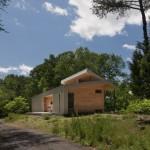 บ้านโมเดิร์นหลังคาเพิง ขนาดเล็กที่เหมาะกับครอบครัวแรกเริ่ม ความสุขที่ซ่อนทามกลางงธรรมชาติ