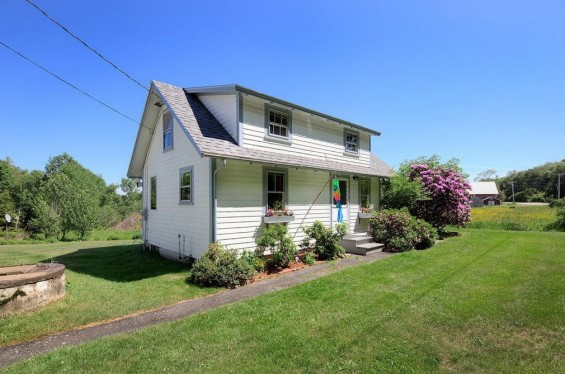 School-House-Turned-500-sq-ft-Tiny-Cottage-001-565x374