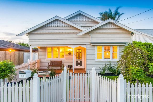 cozy-white-narrow-facade-traditional-house (1)
