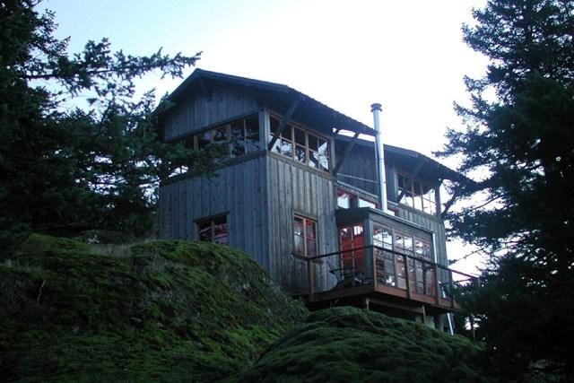david-vandervort-san-juan-cabin-exterior4-via-smallhousebliss