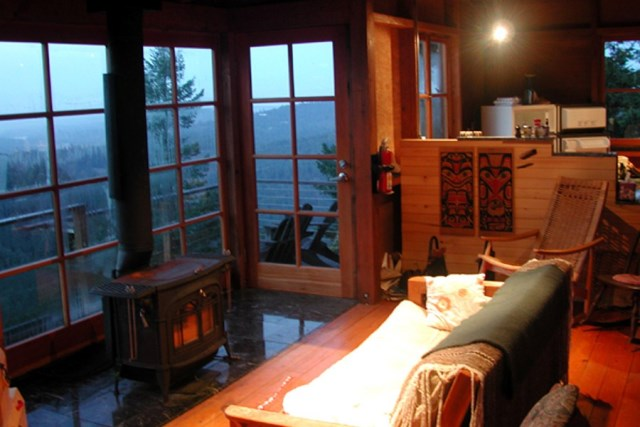 david-vandervort-san-juan-cabin-living-area1-via-smallhousebliss
