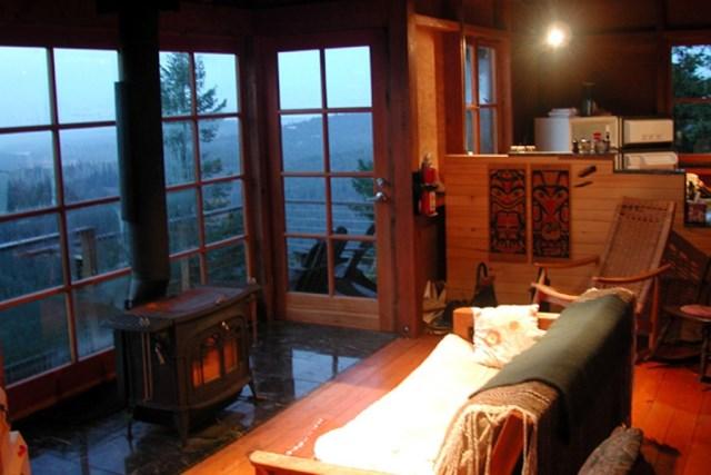 david-vandervort-san-juan-cabin-living-area1-via-smallhousebliss