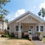 บ้านคอทเทจทรงจั่วซ้อนสองชั้น ในดีไซน์และโทนสีที่อบอุ่นและน่ารัก