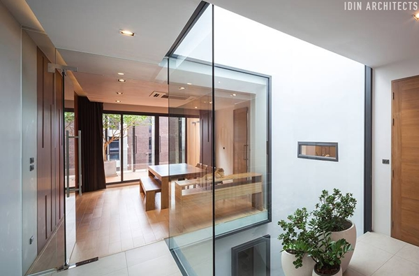 modern glassy townhouse renovation (7)