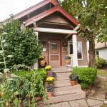 บ้านคอนเทจเอิร์ธโทน ขนาดเล็กตกแต่งอบอุ่น มาพร้อมกับสวนหลังบ้าน