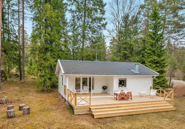 613-sq-ft-small-house-in-sweden-woods-001-600x418