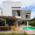 บ้านโมเดิร์นรูปทรงกล่อง ดีไซน์เรียบง่าย มาพร้อมสวนสวยและสระว่ายน้ำ