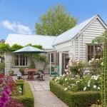 บ้านไม้สไตล์วินเทจ รายล้อมไปด้วยสวนดอกไม้ ภายในอบอุ่นน่าอยู่
