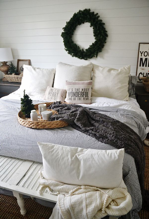 simple-christmas-bedroom-for-winter