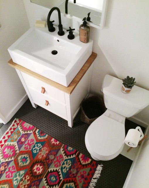 small-bathroom-with-sinks