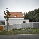 บ้านโมเดิร์น 2 ชั้น ตกแต่งเรียบง่าย จากคอนกรีตและไม้