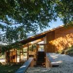บ้านโมเดิร์นร่วมสมัย ตกแต่งด้วยไม้สไตล์รัสติค ความสวยงามที่อิงแอบไปกับเนินเขา