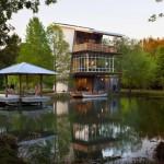 สุดเจ๋ง!!! บ้านโมเดิร์นริมน้ำ โดดเด่นด้วนรูปทรงที่แปลกตา วัสดุจากปูนเปลือย ไม้ และเหล็ก