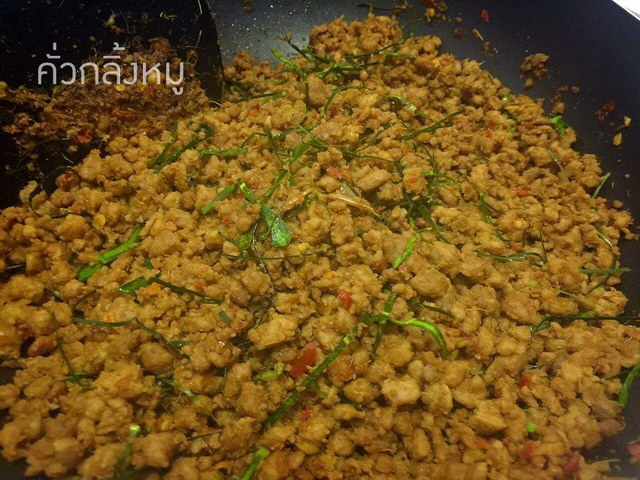 Pork with yellow curry paste recipe (1)