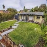 บ้านคอทเทจขนาดเล็ก ตกแต่งด้วยสีเขียวพาสเทล รายล้อมด้วยธรรมชาติ