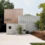 บ้านโมเดิร์นรูปทรงกล่อง ตกแต่งด้วยปูนเปลือยและไม้ แข็งแรงและภูมิฐาน