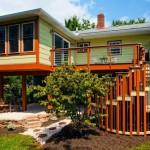 บ้านตากอากาศ สไตล์โมเดิร์นเคบิน ยกพื้นสูงพองาม โดดเด่นด้วยบันไดหน้าบ้าน และสีสันแปลกตา