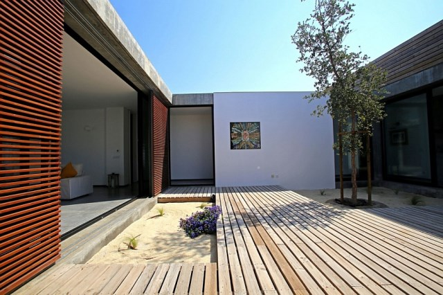 interior-courtyard-complements-the-stylish-villa