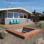 บ้านไม้สไตล์คอทเทจร่วมสมัย มาพร้อมเฉลียงและสวนหิน ขนาดกำลังดีกับครอบครัวเล็ก