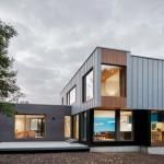 บ้านโมเดิร์นรูปทรงกล่อง ตกแต่งด้วยไม้และเมทัลชีท สะท้อนรสนิยมสมัยใหม่